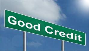 Good credit spelled out with white letters on a green road sign
